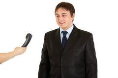 Hombre de negocios que mira el teléfono a disposición de la secretaria Fotos de archivo libres de regalías