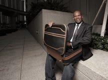 Hombre de negocios que mira en su cartera Foto de archivo