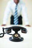 Hombre de negocios que mira fijamente el teléfono Imagenes de archivo