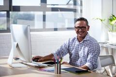 Hombre de negocios que mira la cámara Imagen de archivo libre de regalías