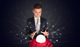 Hombre de negocios que mira a la inspiración en un concepto mágico de la bola y del garabato fotografía de archivo