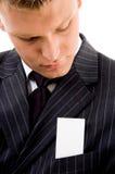 Hombre de negocios que mira la tarjeta de visita Foto de archivo libre de regalías