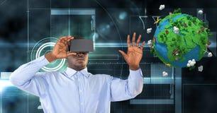 Hombre de negocios que mira la tierra polivinílica baja sobre los vidrios de VR Imagenes de archivo