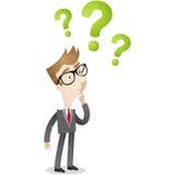 Hombre de negocios que mira signos de interrogación Imágenes de archivo libres de regalías