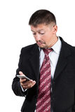 Hombre de negocios que mira sorpresa del smartphone Fotografía de archivo