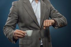 Hombre de negocios que mira su reloj imagen de archivo