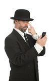 Hombre de negocios que mira su smartphone. fotografía de archivo