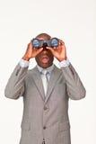 Hombre de negocios que mira a través de los prismáticos Foto de archivo