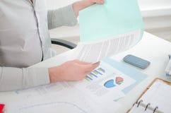 Hombre de negocios que mira un informe Imagen de archivo libre de regalías