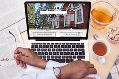 Hombre de negocios que mira un sitio web de Real Estate - buscando para una casa imagen de archivo