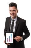 Hombre de negocios que muestra el beneficio en su tableta Fotos de archivo