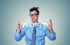 Hombre de negocios que muestra el beneficio grande del tamaño de sus manos foto de archivo