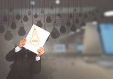 hombre de negocios que muestra el libro de la bombilla de la idea del dibujo Fotografía de archivo libre de regalías