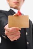 Hombre de negocios que muestra el oro de la tarjeta de crédito Imágenes de archivo libres de regalías