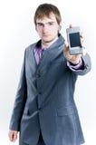 Hombre de negocios que muestra el teléfono Imagen de archivo libre de regalías