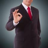 Hombre de negocios que muestra gesto perfecto Dé la muestra excelente, bueno, grande, aceptable, sí fotografía de archivo