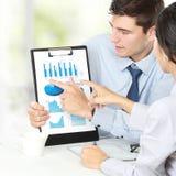 Hombre de negocios que muestra informe financiero Imagen de archivo libre de regalías