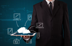 Hombre de negocios que muestra la computación dibujada mano de la nube Fotos de archivo libres de regalías