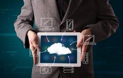 Hombre de negocios que muestra la computación dibujada mano de la nube Foto de archivo libre de regalías