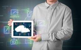 Hombre de negocios que muestra la computación dibujada mano de la nube Fotografía de archivo libre de regalías
