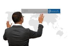 Hombre de negocios que muestra la mano y el finger con el gráfico del Search Engine Imagen de archivo