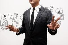 Hombre de negocios que muestra la mano y el finger con negocio de la escritura de la mano Fotografía de archivo libre de regalías