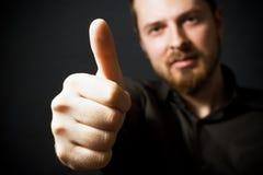 Hombre de negocios que muestra la muestra aceptable Imágenes de archivo libres de regalías