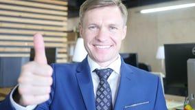 Hombre de negocios que muestra la muestra ACEPTABLE con su pulgar para arriba Foco selectivo en cara almacen de video