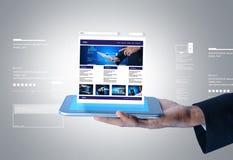 Hombre de negocios que muestra la página web en la tableta Fotografía de archivo