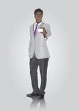 Hombre de negocios que muestra la tarjeta blanca Imagen de archivo libre de regalías