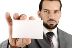 Hombre de negocios que muestra la tarjeta de visita en blanco Foto de archivo libre de regalías