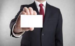 Hombre de negocios que muestra la tarjeta de visita en blanco Imagenes de archivo