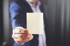 Hombre de negocios que muestra la tarjeta vacía blanca fotos de archivo