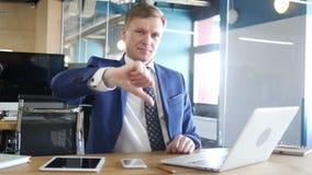 Hombre de negocios que muestra los pulgares abajo almacen de video