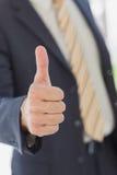 Hombre de negocios que muestra los pulgares para arriba Imagenes de archivo