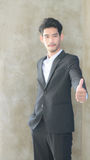 Hombre de negocios que muestra los pulgares para arriba foto de archivo libre de regalías