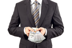 Hombre de negocios que muestra nuevos cientos billetes de dólar Imagen de archivo