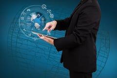 Hombre de negocios que muestra smartphone con el uso o del globo y del icono Imagen de archivo