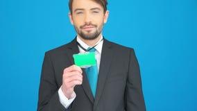 Hombre de negocios que muestra su identificación en azul almacen de metraje de vídeo