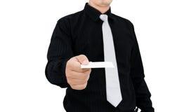 Hombre de negocios que muestra su tarjeta de visita Imagenes de archivo
