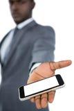Hombre de negocios que muestra su teléfono móvil Fotos de archivo