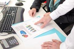 Hombre de negocios que muestra un gráfico con su dedo índice Imágenes de archivo libres de regalías