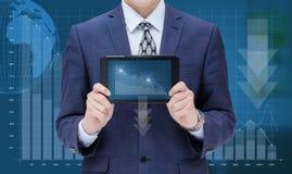 Hombre de negocios que muestra a un ordenador móvil un horario de la pérdida Fotografía de archivo