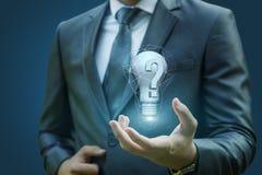 Hombre de negocios que muestra a una pregunta cuáles llevan a la idea Imágenes de archivo libres de regalías