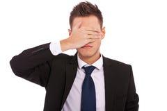 Hombre de negocios que no hace el ver ningún gesto malvado imagen de archivo