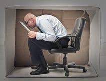 Hombre de negocios que oculta en una caja Imágenes de archivo libres de regalías