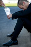 Hombre de negocios que pide cambio de repuesto Fotografía de archivo libre de regalías