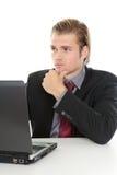 Hombre de negocios que piensa alrededor Foto de archivo