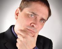Hombre de negocios que piensa con la pregunta Imágenes de archivo libres de regalías