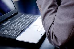 Hombre de negocios que piensa delante de una computadora portátil Foto de archivo libre de regalías